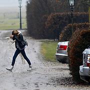 NLD/Nigtevecht/20100222 - Erland Galjaard met dochter, partner Wendy van Dijk komt met boodschappen thuis