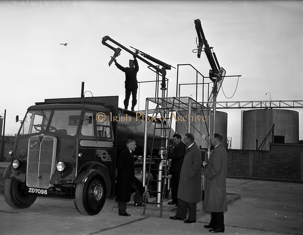 23/01/1959<br /> 01/23/1959<br /> 23/01/1959<br /> C.I.E. fuel tanks at Dublin Docks. C.I.E. officials watch as a C.I.E. 1946 AEC Matador Fuel Tanker truck is filled from the underground reservoir.