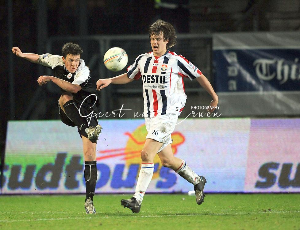 28-02-2009 Voetbal:Willem II:Heracles Almelo:Tilburg<br /> Fledderus haalt verwoestend uit, terwijl Vorthoren net te laat komt<br /> Foto: Geert van Erven