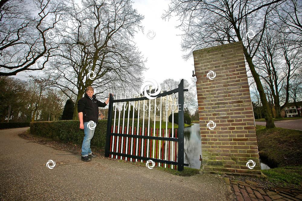 ROSSUM - Aan de Slotselaan ligt Slot Rossum hiervan zijn de originele poorten teruggehangen. Deze zijn compleet gerestaureerd. FOTO LEVIN DEN BOER - PERSFOTO.NU