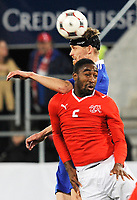 Der Finne Hannu Tihinen gegen den Schweizer Johan Djourou. © Valeriano Di Domenico/EQ Images