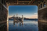 A bord du Dixmude.<br /> Le radier de 885m2 est prevu pour accueillir 4 chalands de transport de materiel.<br /> Le batiment de projection et de commandement Dixmude est arrive ce vendredi &agrave; Marseille pour une escale exceptionnelle de trois jours pour la signature de la charte de parrainage du BPC par la Ville de Marseille, auparavant marraine du transport de chalands de d&eacute;barquement Siroco, vendu fin 2015 au Br&eacute;sil. &nbsp;<br /> Plus grand batiment de guerre apres le porte-avions Charles de Gaulle, le Dixmude se distingue par sa polyvalence et sa capacite a se deployer loin et longtemps. <br /> Troisieme BPC fran&ccedil;ais du type Mistral, il a ete receptionne en 2012 par la Marine nationale. Long de 199 m&egrave;tres et affichant un deplacement de plus de 21.000 tonnes en charge, c&rsquo;est a la fois un porte-h&eacute;licopt&egrave;res, un batiment d&rsquo;assaut amphibie, un hopital flottant et une unite capable d&rsquo;assurer le commandement d&rsquo;une operation interarmees et internationale. Il peut, par exemple, embarquer une vingtaine d&rsquo;helicopteres de transport et de combat, une centaine de vehicules (dont des chars Leclerc), 450 hommes de troupe et des engins de debarquement (deux CTM et un EDAR, deux EDAR ou quatre CTM).<br /> Ses principales missions<br /> Operation Eunavfor Atalanta (2012) - Operation Serval (2013)-Operation Sangaris (2013) <br /> Il participe a la Mission Corymbe et le 4 avril 2015, il evacue 44 personnes du Yemen suite au conflit au Y&eacute;men. Le lendemain, il recupere egalement 63 personnes dont 23 fran&ccedil;ais transferees &agrave; partir du patrouilleur L'adroit et de la fregate Aconit.<br /> En mai 2015, il part pour la mission Jeanne d'Arc 2015.