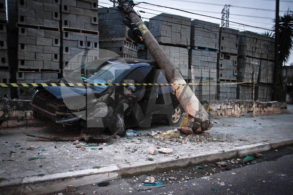 SÃO PAULO,SP,18 MAIO 2013 - ACIDENTE ZONA LESTE - Um carro perdeu o controle e bateu em um poste no fim da  noite de ontem (17) na Av. Aricanduva alturado numero 10.500 sentido bairro não ha informações de feridos.FOTO ALE VIANNA - BRAZIL PHOTO PRESS.