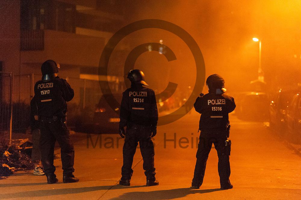 Polizisten sichern am 05.07.2016 in Friedrichshain, Berlin, Deutschland eine Stra&szlig;e in der ein Bauschuttcontainer brennt. Wegen des andauernden Polizeieinsatzes in einem besetzten Haus in der Rigaer Stra&szlig;e kommt es vermehrt Nachts zu Brandanschl&auml;gen auf Autos und andere Gegenst&auml;nde. Foto: Markus Heine / heineimaging<br /> <br /> ------------------------------<br /> <br /> Ver&ouml;ffentlichung nur mit Fotografennennung, sowie gegen Honorar und Belegexemplar.<br /> <br /> Bankverbindung:<br /> IBAN: DE65660908000004437497<br /> BIC CODE: GENODE61BBB<br /> Badische Beamten Bank Karlsruhe<br /> <br /> USt-IdNr: DE291853306<br /> <br /> Please note:<br /> All rights reserved! Don't publish without copyright!<br /> <br /> Stand: 07.2016<br /> <br /> ------------------------------