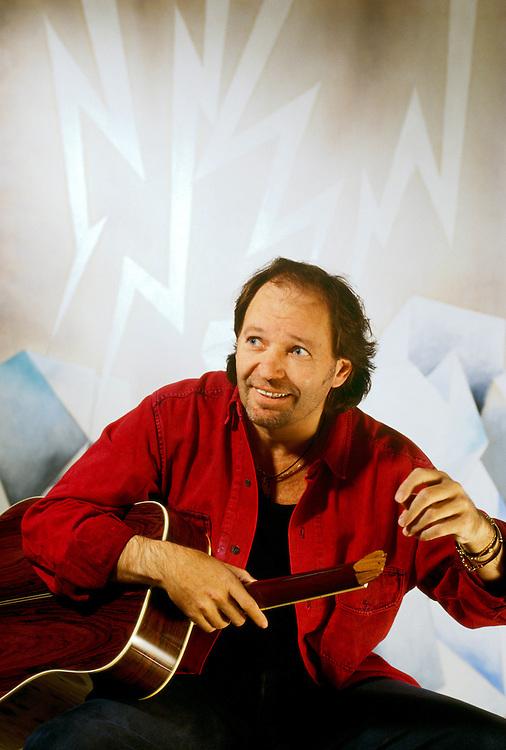 16 JUN 1995 - Bologna - Vasco Rossi nello studio del pittore Marcello Jori :-: Italian rock-star and singer Vascco Rossi in painter Marcello Jori's studio
