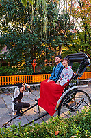 Japon, île de Honshu, région de Kansaï, Kyoto, Gion, ancien quartier des Geishas, couple de touristes en kimono se promenant en pousse-pouss // Japan, Honshu island, Kansai region, Kyoto, Gion, Geisha former area, couple in kimono travelling with local taxi