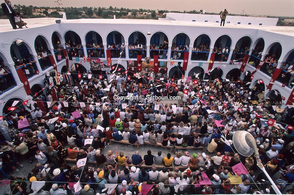 La Ghriba; Jewish pilgrimage. in the oukala (caravanserai)  Djerba  Tunisia     /// Pelerinage juif de la Ghriba. La vente aux enchères dans l'oukala (caravansérail) de la Ghriba  Djerba  Tunisie   /// R322/    L004820  /  P0008238