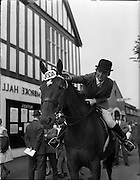 """02/08/1960<br /> 08/02/1960<br /> 02 August 1960<br /> R.D.S Horse Show Dublin (Tuesday). Mrs S. Bewley pinning 1st prize rosette on """"Knock Lace"""", owned by Mrs Ann Fallon of Wellington Bridge, Co. Wexford, winner of the Hunter Mare Class at the Dublin Horse Show."""