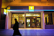 Griekenland, Thessaloniki, 11-6-2011Straatbeeld van deze stad in Noord Griekenland. Het is de tweede stad van het land.Griekenland is zwaar getroffen door het wanbeleid van voorgaande regeringen op financieel gebied.Op de foto een vestiging van de Griekse Postbank. Een grieks orthodokse priester loop juist voorbij.Foto: Flip Franssen
