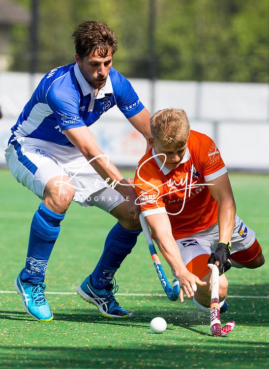 BLOEMENDAAL  -  Bjorn Kellerman (Kampong) met Jasper Brinkman (Bloemendaal)  tijdens  de play offs heren hoofdklasse Bloemendaal-Kampong (0-2) . Kampong plaatst zich voor de finale.  COPYRIGHT KOEN SUYK