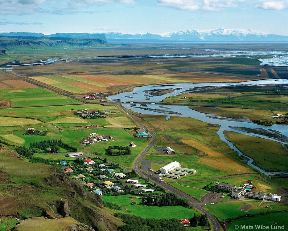 Kirkjubæjarklaustur, loftmynd séð til austurs; Lómagnúpur og Öræfajökull. / Kirkjubaejarklaustur, aerial viewing east to Lomagnupur and Oraefajokull.f