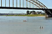 Nederland, Nijmegen, 8-6-2014Warme zomerse dag op het Waalstrand van Nijmegen.  Het zwemmen in de rivier de waal, rijn, is gevaarlijk vanwege de veraderlijke stroming en de drukke scheepvaart.Foto: Flip Franssen/Hollandse Hoogte