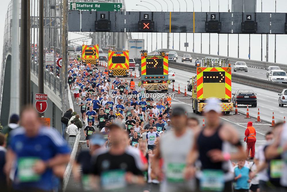 The runners come over the Auckland Harbour Bridge, Auckland Marathon, Auckland, New Zealand, Sunday 28 October 2007, Photo : Chris Skelton/PHOTOSPORT