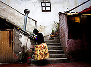 Abril y Mayo 2011/Bolivia <br /> <br /> Carmen Rosa La Luchadora peina su cabello afuera de su casa<br /> <br /> Foto:Juan Gonzalez<br /> <br /> CHOLITA LIBRE<br /> <br /> Carmen Rosa La Campeona<br /> <br /> En las alturas del altiplano Boliviano, vive una mujer ind&iacute;gena de 41 a&ntilde;os que  se esfuerza  por conquistar el mundo de la lucha libre profesional en este pa&iacute;s, mundo que es dominado por un ferviente sistema machista. Esta luchadora, con su t&iacute;pico sombrero de Bomb&iacute;n y su pollera, realiza esta actividad desde el 2001 a&ntilde;o en el cual comenz&oacute; a luchar en un club llamado los Titanes del Ring que produjo sus primeras excursiones con el mundo de la lucha libre. Tres a&ntilde;os  despu&eacute;s se retiro de ah&iacute;, por este motivo formo una nueva sociedad con tres cholitas luchadoras las que se apodaron las Mamachas del Ring, este grupo se formo luego  de a ver sido confinado  por un empresario llamado Juan Mamani que lucraba monetariamente  y las luchadoras recib&iacute;an malos tratos. Este equipo de lucha comenz&oacute; a recorrer cada rinc&oacute;n de su pa&iacute;s encabezado por su l&iacute;der Carmen Rosa, durante este tiempo muchos medios de comunicaci&oacute;n extranjera y turistas que visitaban Bolivia no perd&iacute;an la oportunidad de ver  este espect&aacute;culo novedoso.<br /> <br />  &ldquo;La campeona&rdquo; divide su tiempo entre  las tareas del hogar, el gimnasio y  tambi&eacute;n el trabajo en un canal de televisi&oacute;n en Bolivia (PAT), espec&iacute;ficamente, en el programa  &ldquo;del cielo al infierno&rdquo; donde su rol es de notera, cosa poco com&uacute;n entre las cholitas. Por esta  raz&oacute;n,  el  tiempo dedicado a sus hijos y marido Oscar  se vuelve escaso.<br /> <br /> El fen&oacute;meno de  esta  luchadora  no solo ha cambiado  el r&iacute;gido  paradigma cultural  de Bolivia , sino que tambi&eacute;n  se alinea en  las sendas  de una resignificaci&oacute;n femenina , debido a qu