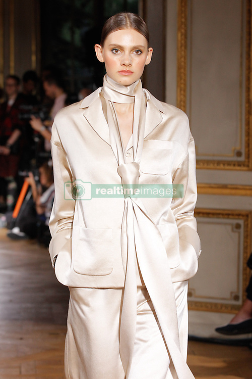 September 29, 2016 - Paris, FRANCE - Pascal Millet.MODEL ON CATWALK, WOMAN WOMEN, PARIS FASHION WEEK 2017 READY TO WEAR FOR SPRING SUMMER, DEFILE, FASHION SHOW RUNWAY COLLECTION, PRET A PORTER, MODELWEAR, MODESCHAU LAUFSTEG FRUEHJAHR SOMMER .PARSS17 (Credit Image: © PPS via ZUMA Wire)