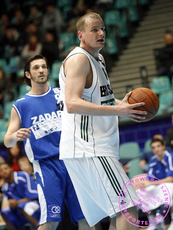 WROCLAW 30/01/2006..KOSZYKOWKA SEZON 2005/2006..Puchar Europy FIBA..ERA SLASK WROCLAW v KK ZADAR..NA ZDJ. RAFAL BIGUS / SLASK / , Z TYLU ROKO CIKLIC  /ZADAR/..FOT. PIOTR HAWALEJ / WROFOTO