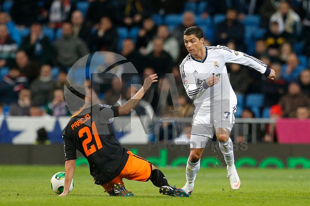 ATENCAO EDITOR IMAGEM EMBARGADA PARA VEICULOS INTERNACIONAIS - MADRI, ESPANHA, 15 JANEIRO 2013 - COPA DO REI - REAL MADRID X VALENCIA - Cristiano Ronaldo (D) jogador do Real Madrid durante partida pelo jogo de ida das quartas-de-finais da Copa do Rei no Estadio Santiago Bernabeu em Madri capital da Espanha, nesta terca-feira, 15. (FOTO: CESAR CEBOLLA / ALFAQUI / BRAZIL PHOTO PRESS)..