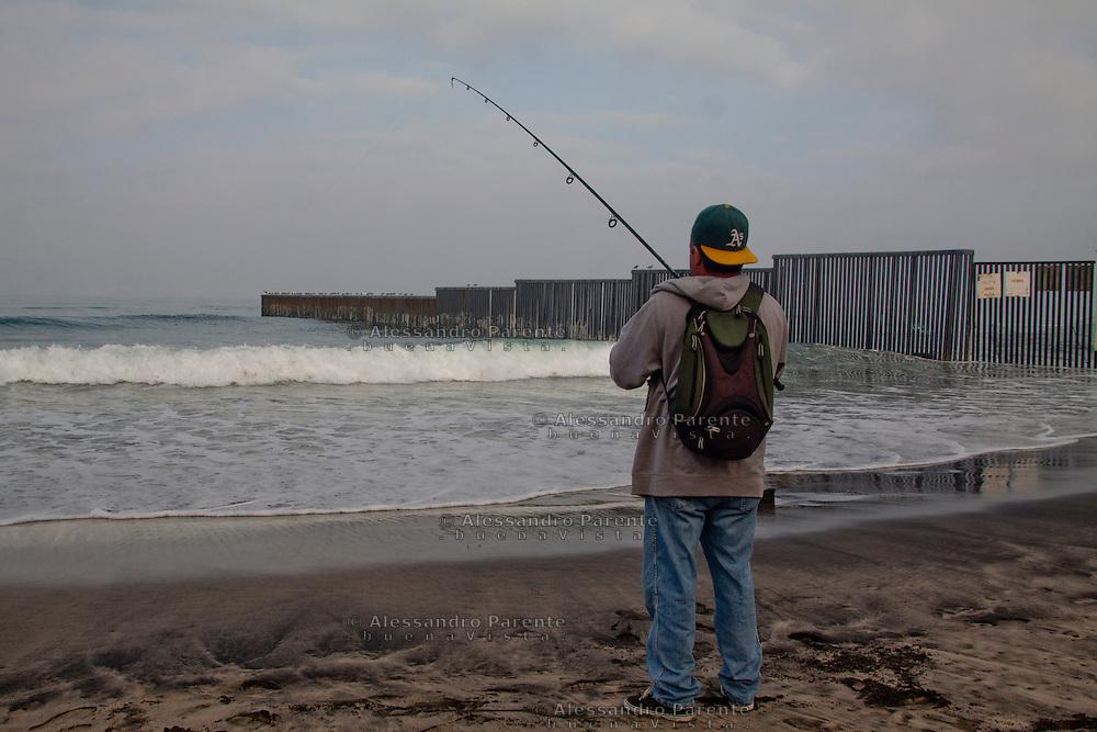 Tijuana 2015.<br /> A mexican fishing in Tijuana, he has the luck to have a working visa for the US, but he prefer to live in Mexico.<br /> <br /> Un messicano pesca di domenica. Uno di quelli che vive a Tijuana ma ha la &quot;fortuna&quot; di avere un visto e lavorare a San Diego.