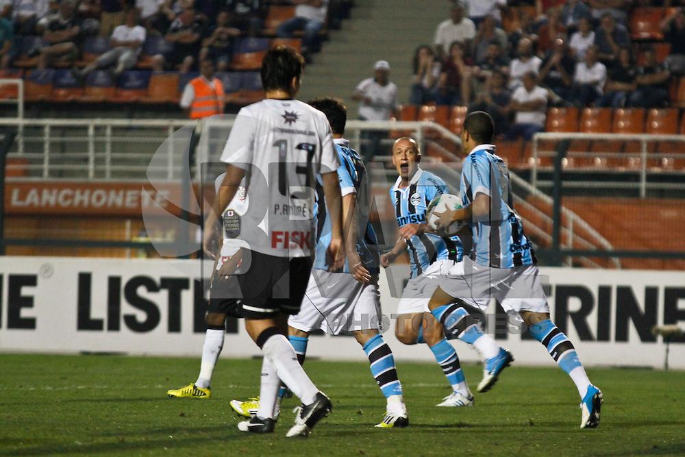 ATENÇÃO EDITOR: FOTO EMBARGADA PARA VEÍCULOS INTERNACIONAIS SÃO PAULO,SP,08 SETEMBRO 2012 - CAMPEONATO BRASILEIRO - CORINTHIANS x GREMIO - Leandro jogador do Gremio comemora gol durante partida Corinthians x Gremio válido pela 23º rodada do Campeonato Brasileiro no Estádio Paulo Machado de Carvalho (Pacaembu), na região oeste da capital paulista na noite deste sabado (08).(FOTO: ALE VIANNA -BRAZIL PHOTO PRESS)