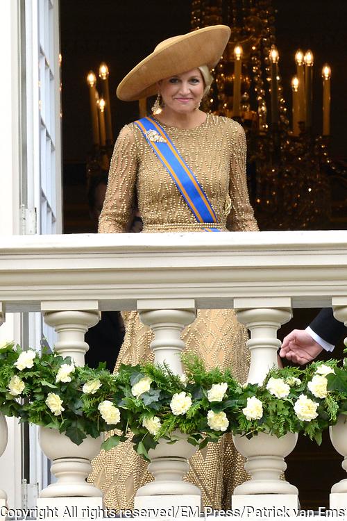 Prinsjesdag 2013 Koningin M&aacute;xima groet het publiek vanaf het bordes van Paleis Noordeinde.<br /> <br /> Budget Day 2013 Queen M&aacute;xima greeting the public from the balcony of Noordeinde Palace.
