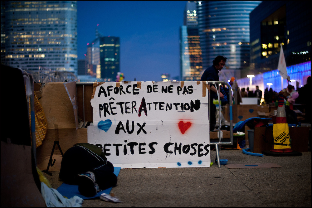 Les indignes Francais se rassemblent sur l'esplanade de la Defense dans l'espoir de construire une nouvelle democratie, les forces de police empechent les manifestants d'utiliser des banderoles ainsi que de camper sur place la nuit. A la Defense le 12 novembre 2011. ©Benjamin Girette / IP3Press