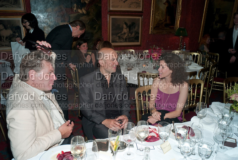 DUNCAN WARD; MARC QUINN; MOLLIE DENT -BROCKLEHURST, Dinner hosted by Elizabeth Saltzman for Mario Testino and Kate Moss. Mark's Club. London. 5 June 2010. -DO NOT ARCHIVE-© Copyright Photograph by Dafydd Jones. 248 Clapham Rd. London SW9 0PZ. Tel 0207 820 0771. www.dafjones.com.