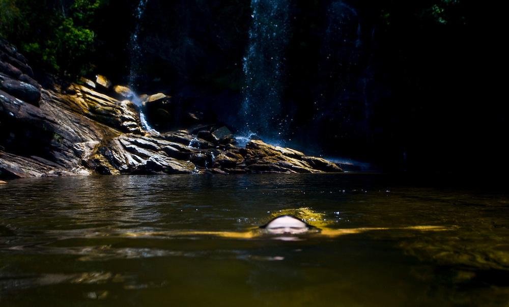 Santana do Riacho_MG, Brasil...Turista na cachoeira no Alto Palacio do Parque Nacional da Serra do Cipo...The tourist in the waterfall in Alto Palacio of Serra do Cipo National Park...Foto: JOAO MARCOS ROSA / NITRO