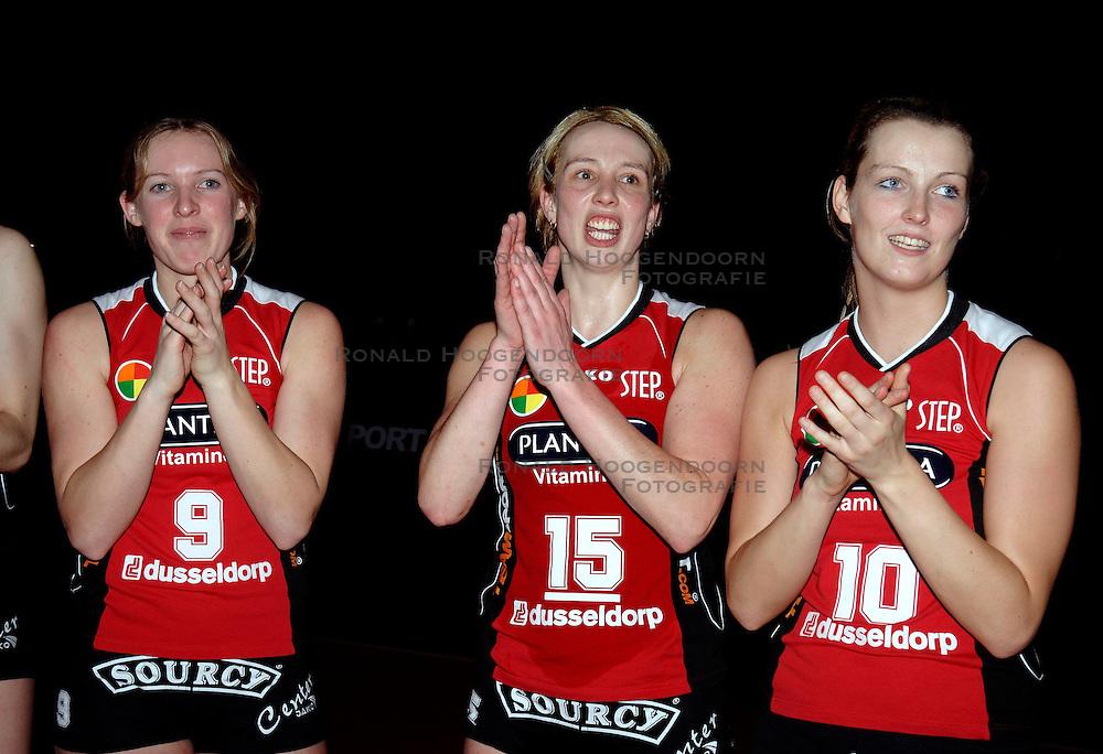 19-01-2006 VOLLEYBAL: TOPTEAMSCUP PLANTINA LONGA - VOLERO ZURICH: LICHTENVOORDE<br /> In de kwartfinale van de strijd op de Top Teams Cup wonnen beide ploegen &eacute;&eacute;n keer met 3-2 en scoorden ze ook nog precies hetzelfde aantal punten en volgt er nu een beslissingswedstrijd / Esther Spekschoor, Elles Leferink en Steffi Lammers<br /> &copy;2006-WWW.FOTOHOOGENDOORN.NL