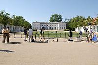 28 JUN 2003, NEUHARDENBERG/GERMANY:<br /> Kamerastative und Polizisten vor dem Schloss, waehrend der Klausurtagung des Bundeskanbinetts, Schloss Neuhardenberg, Brandenburg<br /> IMAGE: 20030628-01-056<br /> KEYWORDS: Kabinettsklausur, Schloß Neuhardenberg,