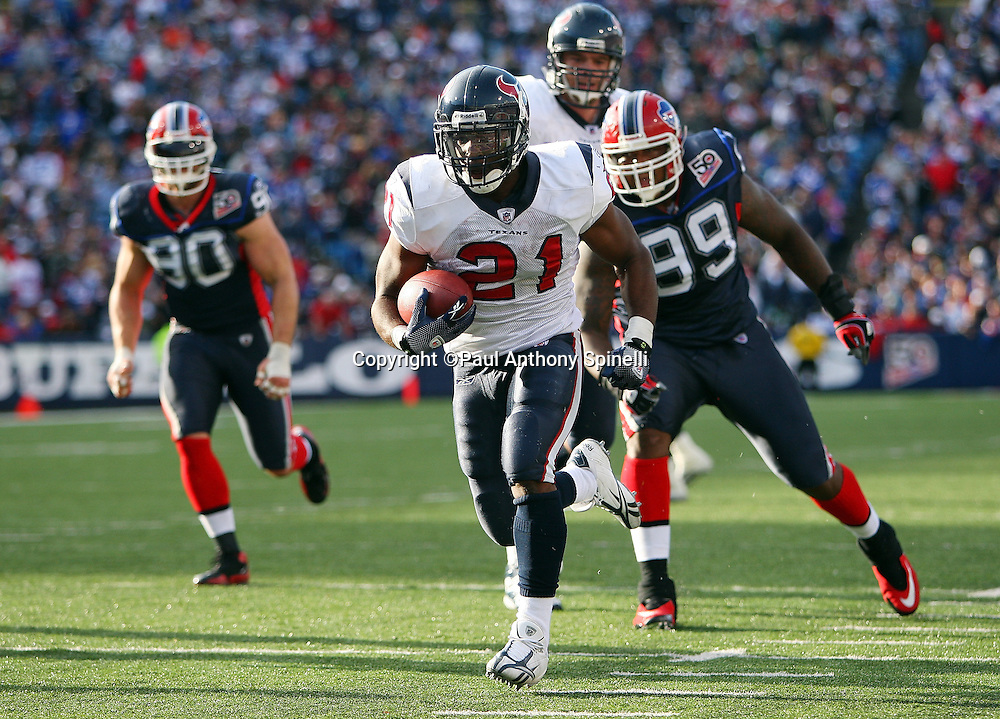 Houston Texans running back Ryan Moats (21) runs the ball for a touchdown that gives the Texans a 17-10 lead during the fourth quarter of the NFL football game against the Buffalo Bills, November 1, 2009 in Orchard Park, New York. The Texans won the game 31-10. (©Paul Anthony Spinelli)