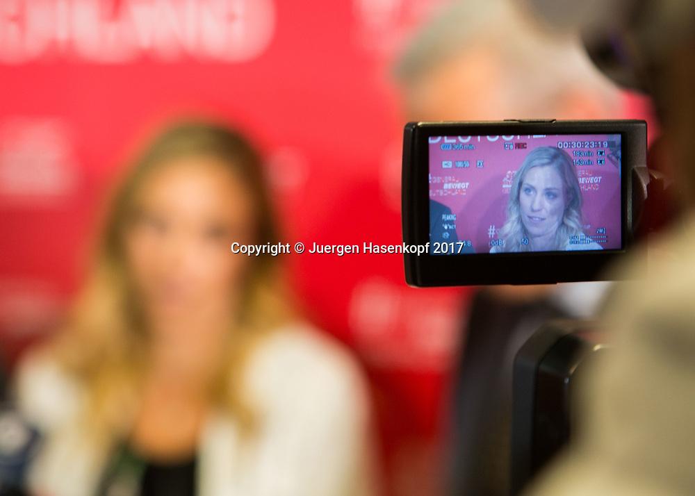 Tennis Profi ANGELIQUE KERBER (GER)  im Fokus der Medienbei einem Sponsoren Termin  in Muenchen, TV Kamera Monitor,Unschaerfe, selektive Fokusierung,