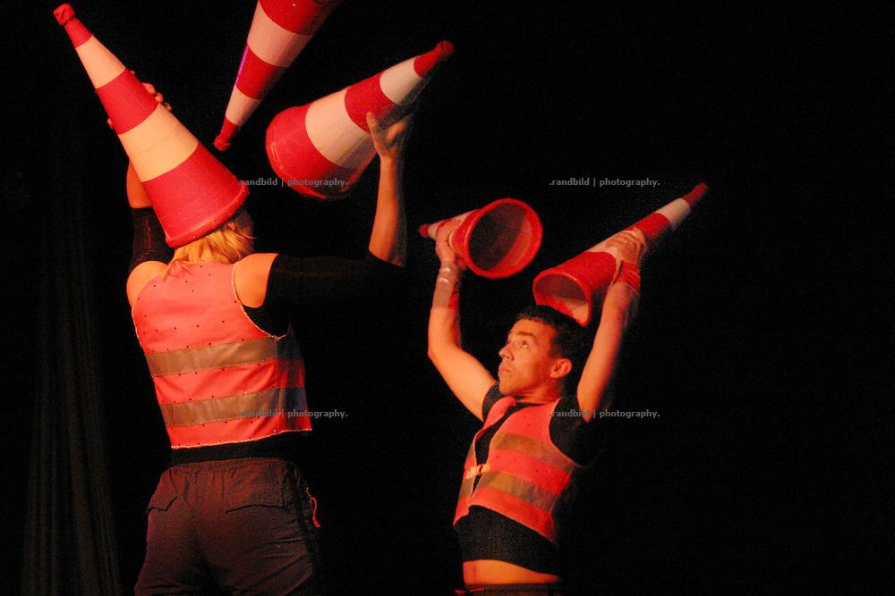 """Stefanie Bonse (links) und Michael Korthaus (rechts) jonglieren als Duo """"Green Gift"""" auf der Kulturellen Lachparade im niedersaechsischen Waddeweitz."""
