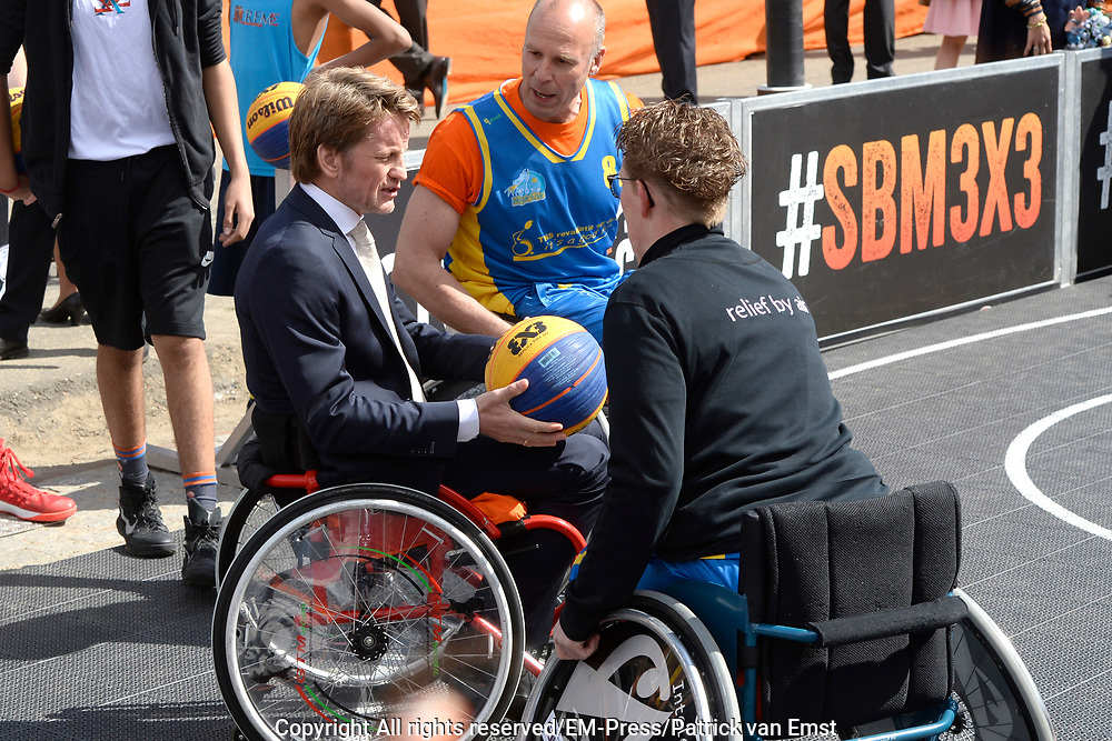 Koningsdag 2017 in Tilburg / Kingsday 2017 in Tilburg<br /> <br /> Op de foto / On the photo:  Prins Pieter-Christiaan werpt een basketbal /// Prince Pieter-Christiaan throws a basketball