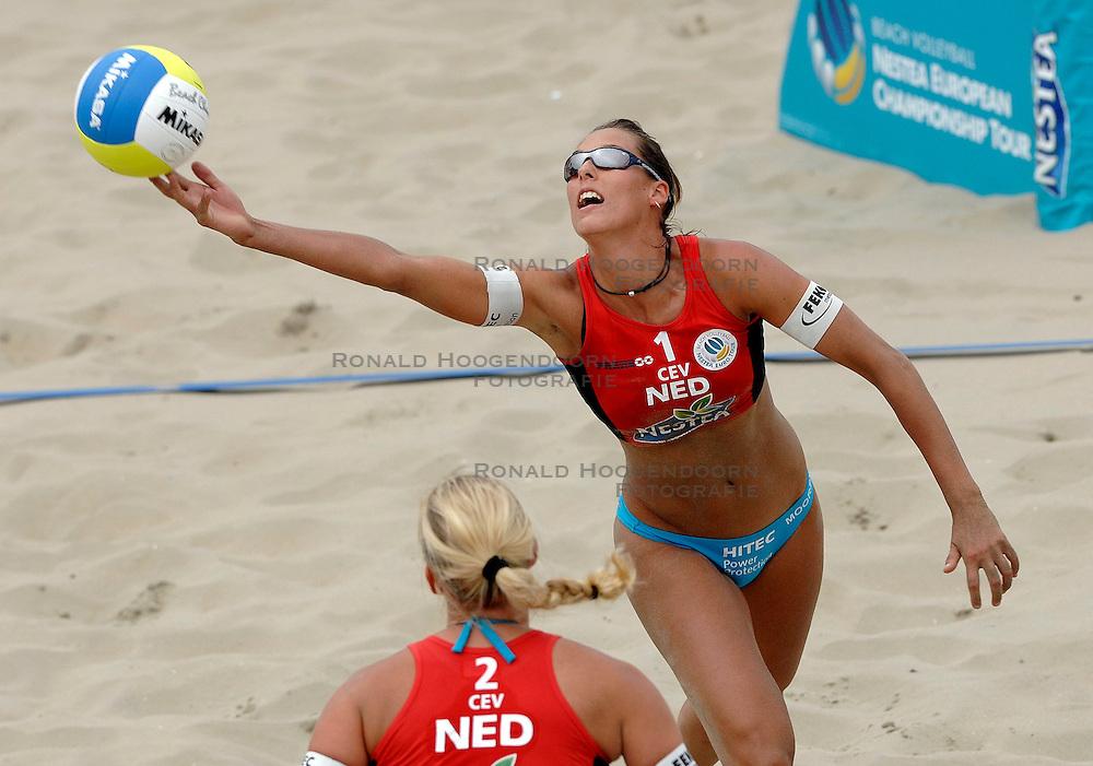 12-08-2007 VOLLEYBAL: CEV DUTCH MASTERS: SCHEVENINGEN<br /> Merel Mooren pakt het goud op de Dutch Masters. - actie<br /> &copy;2007-WWW.FOTOHOOGENDOORN.NL