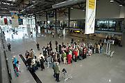 Duitsland, Weeze, 7-10-2004..Aankomst en vertrek hal, terminal, van luchthaven, vliegveld, airport Niederrhein, dusseldorf, vlak over de grens met Nederland. Prijsbreker ryanair en vbird zijn vaste klanten. reizigers, toeristen in de rij voor de incheck balie. Vliegverkeer, last minute, regionaal, regio, charter, vliegmaatschappij..Foto: Flip Franssen/Hollandse Hoogte