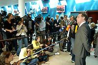 19 MAY 2005, BERLIN/GERMANY:<br /> Franz Muentefering, SPD Parteivorsitzender, gibt ein Pressestatement, waehrend einer Pause, 4. Programmforum der SPD zur Fortschreibung des SPD Grundsatzprogramms, Willy-Brandt-Haus<br /> IMAGE: 20050519-01-052<br /> KEYWORDS: Franz Müntefering, Mikrofon, microphone, Journalist, Journalisten
