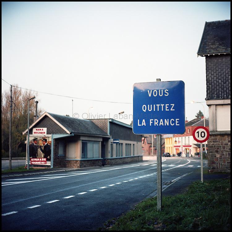 Le 23 octobre 2011, frontière Belgique / France, village de Macquenoise (B), RN 99. Vue du panneau de fin du territoire français situé devant l'ancien poste de douane belge.