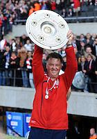 Fussball 1. Bundesliga :  Saison   2009/2010   34. Spieltag   Hertha BSC Berlin - FC Bayern Muenchen    08.05.2010 Jubel mit Meisterschale Trainer Louis van Gaal (FCB)