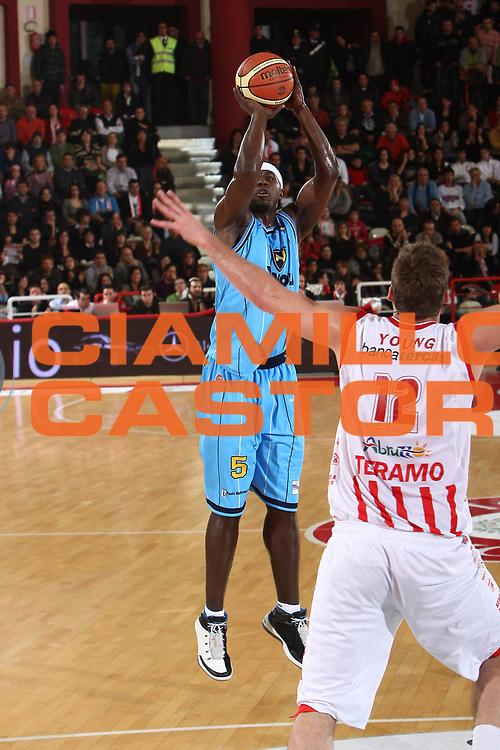 DESCRIZIONE : Teramo Lega A 2009-10 Bancatercas Teramo Vanoli Cremona<br /> GIOCATORE : Brandon Brown<br /> SQUADRA : Vanoli Cremona<br /> EVENTO : Campionato Lega A 2009-2010 <br /> GARA : Bancatercas Teramo Vanoli Cremona<br /> DATA : 10/01/2010<br /> CATEGORIA : tiro<br /> SPORT : Pallacanestro <br /> AUTORE : Agenzia Ciamillo-Castoria/C.De Massis<br /> Galleria : Lega Basket A 2009-2010 <br /> Fotonotizia : Teramo Lega A 2009-10 Basket Bancatercas Teramo Vanoli Cremona<br /> Predefinita :