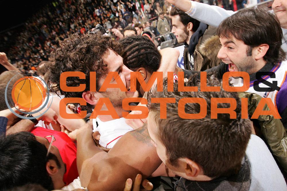 DESCRIZIONE : Milano Eurolega 2008-09 Armani Jeans Milano CSKA Mosca<br /> GIOCATORE : Luca Vitali David Hawkins Tifosi<br /> SQUADRA : Armani Jeans Milano<br /> EVENTO : Eurolega 2008-2009<br /> GARA : Armani Jeans Milano CSKA Mosca<br /> DATA : 03/12/2008 <br /> CATEGORIA : Ritratto Esultanza<br /> SPORT : Pallacanestro <br /> AUTORE : Agenzia Ciamillo-Castoria/G.Cottini<br /> Galleria : Eurolega 2008-2009 <br /> Fotonotizia : Milano Eurolega Euroleague 2008-09 Armani Jeans Milano CSKA Mosca<br /> Predefinita :