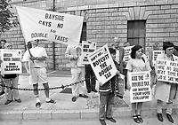 Anti-Water Charges protesters outside the High Courts, 20/06/1996 (Part of the Independent Newspapers Ireland/NLI Collection).