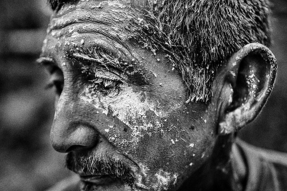 Brazil, Amazonas, Eldorado do Juma.<br /> <br /> Grota Ze da bolsa, garimpeiro.<br /> Eldorado do Juma est maintenant un bidonville de plastique noir et de misere croissante sur la rive du fleuve, qui attire les prospecteurs. Des centaines d'hommes y creusent la boue sur leurs petites parcelles delimitees par des branchages et des ficelles. A la fin du jour, les plus chanceux auront trouve quelques poussieres d'or, vendues ensuite 40 reals le gramme (14,5 euros) a Apui, 65km au nord. Les plus riches du coin sont ceux et celles qui cuisinent, nettoient ou divertissent les mineurs.<br /> Il y a trop de prospecteurs pour la teneur du filon, du coup les garimpeiros s&rsquo;eparpillent sur une surface qui couvre plus de 40 hectares. Tous les mineurs dependent de l'autorisation d'une cooperative de proprietaires pour travailler. Ces proprietaires ne possedent pourtant pas de titre foncier pour justifier leur etat, ils sont simplement arriver les premiers sur les parcelles : c'est la loi de l'or.<br /> Quatre mois apres le debut de cette ruee, la plupart du minerai qui peut etre extrait manuellement a ete trouve, les mineurs qui restent sont les survivants de la rumeur. Ils n'ont souvent plus rien et esperent seulement trouver de quoi payer le voyage pour aller tenter leur chance vers d'autres terres promises.