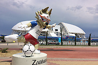 Der Wolf Zabivaka ist das Maskottchen der Fußball-WM 2018 in Russland-hier vor dem Fisht Olympic Stadium in Sochi. Portugal (POR)-Spanien (ESP), Vorrunde, Gruppe B, Spiel 1, am 15.06.2018 in SOTSCHI,Fisht Olymipic Stadium. Fussball Weltmeisterschaft 2018 in Russland vom 14.06. - 15.07.2018. *** The Wolf Zabivaka is the mascot of the Football World Cup 2018 in Russia here before the Fisht Olympic Stadium in Sochi Portugal POR Spain ESP Preliminary Group B Match 1 on 15 06 2018 in SOCHI Fisht Olymipic Stadium Football World Cup 2018 in Russia from 14 06 15 07 2018