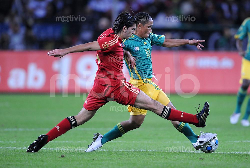 Fussball Nationalmannschaft :  Saison   2009/2010   05.09.2009 Deutschland - Sued Afrika , GER - RSA Serdar Tasci  (li, GER) gegen Steven Pienaar (re, RSA)