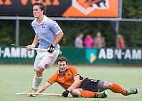 EINDHOVEN - hockey - Tom Boon (l) van Bl'daal passeert Sander Baart tijdens de hoofdklasse hockeywedstrijd tussen de mannen van Oranje-Zwart en Bloemendaal (3-3). COPYRIGHT KOEN SUYK