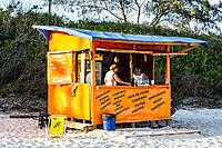 Pequeno comércio de alimentos e bebidas na Praia dos Açores. Florianópolis, Santa Catarina, Brasil. / Snack stall at Acores Beach. Florianopolis, Santa Catarina, Brazil.