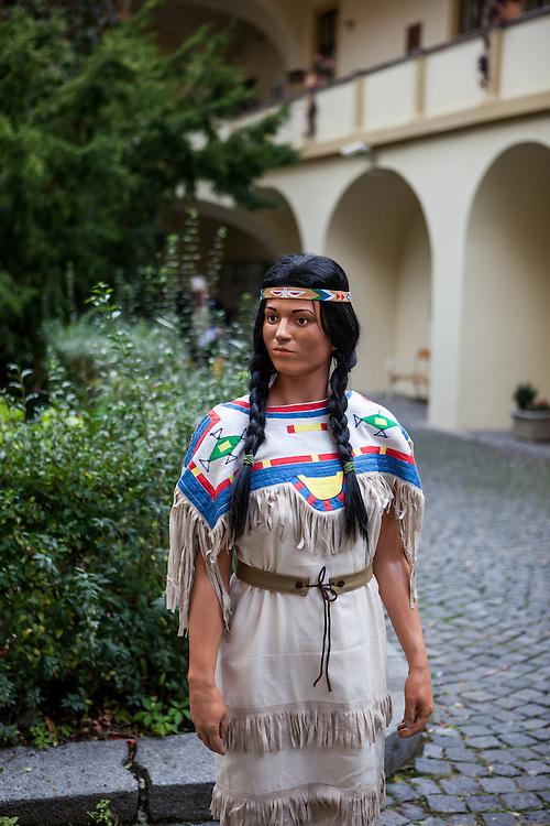Ein Figur aus Karl Mays Winnetou für eine Sonderausstellung im Naprstek Museum zu Probezwecken im Hof des Museums aufgestellt.