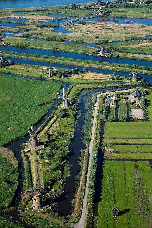 Nederland, Zuid-Holland, Kinderdijk, 12-06-2009; molens aan de hoge en een lage boezem van de polder Nieuw-Lekkerland, onderdeel van de Alblasserwaard. De meervoudige molengang is gebruikt voor het het droogmalen van de polder. Door de bodemdaling in de drooggevallen polders waren uiteindelijk twee waterreservoirs (boezems) nodig om het water in fases uit te slaan (het bemalen) en zo het water in de polder op peil te houden. Het uitgeslagen water wordt bij het dorp Elshout door middel van sluizen geloosd in rivier de Lek (boven in beeld). De watermolens maken deel uit van het werelderfgoed en staan op de Werelderfgoedlijst van de UNESCO..Windmills used for pumping the water out of the nearby polder and maintaining  the water level. The mill network at Kinderdijk, with 19 windmills the largest in the Nethelands, is listed on the World Heritage List of Unesco..Swart collectie, luchtfoto (25 procent toeslag); Swart Collection, aerial photo (additional fee required). .foto Siebe Swart / photo Siebe Swart