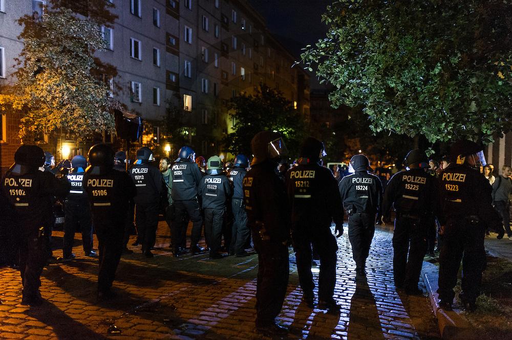 Polizisten entfernen nach der Demonstration auf dem Dorfplatz in der Rigaer Stra&szlig;e am 05.07.2016 in Berlin, Deutschland Teilnehmer von der Kreuzung. Wegen des andauernden Polizeieinsatzes und der Teilr&auml;umung des besetzten Haus in der Rigaer Stra&szlig;e 94 gibt es in der Stra&szlig;e immer wieder Demonstrationen und Aktionen. Foto: Markus Heine / heineimaging<br /> <br /> ------------------------------<br /> <br /> Ver&ouml;ffentlichung nur mit Fotografennennung, sowie gegen Honorar und Belegexemplar.<br /> <br /> Bankverbindung:<br /> IBAN: DE65660908000004437497<br /> BIC CODE: GENODE61BBB<br /> Badische Beamten Bank Karlsruhe<br /> <br /> USt-IdNr: DE291853306<br /> <br /> Please note:<br /> All rights reserved! Don't publish without copyright!<br /> <br /> Stand: 07.2016<br /> <br /> ------------------------------