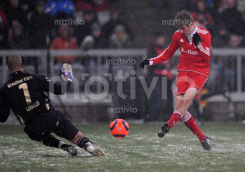 Fussball :  Saison   2009/2010   Viertelfinale DFB Pokal  10.02.2010 FCB , FC Bayern Muenchen - SpVgg Greuther Fuerth  Tor zum 5:2 von Thomas Mueller (FCB) gegen Stephan Loboue (Fuerth)